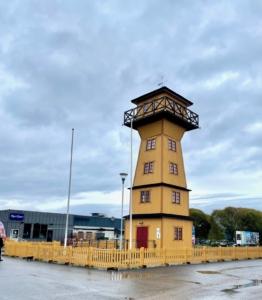Ett ståtligt brandgult torn.